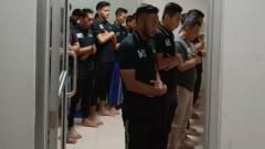 Indosport - Para pemain, pelatih dan ofisial PSMS Medan menjalani shalat magrib berjamaah di locker room usai lawan Martapura FC.