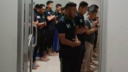 Para pemain, pelatih dan ofisial PSMS Medan menjalani shalat magrib berjamaah di locker room usai lawan Martapura FC. - INDOSPORT