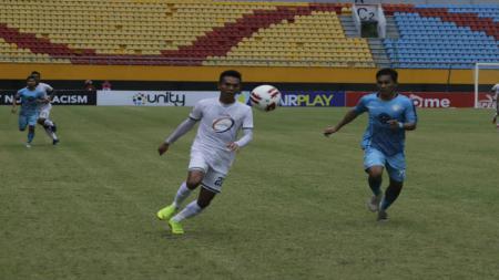 PSMS Medan (baju putih) berhasil meraih kemenangan 2-1 atas Martapura FC (baju biru) di laga kedua Grup B Babak 8 Besar Liga 2 Indonesia 2019. - INDOSPORT