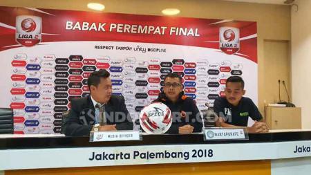 Pelatih PSMS Medan, Jafri Sastra saat konferensi pers didampingi pemainnya, Yuda Risky Irawan (kanan). - INDOSPORT
