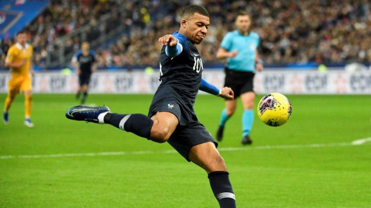 Kylian Mbappe tengah menendang bola dalam duel Prancis vs Moldova di kualifikasi Euro 2020. Copyright: Twitter @FrenchTeam