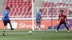 Indosport - Manajemen Persebaya Surabaya, saat ini kabarnya tengah mendekati Rivky Mokodompit yang sudah resmi tidak membela PSM Makassar untuk Liga 1 2020 mendatang. Menanggapi kabar tersebut, Rivky pun langsung bereaksi.