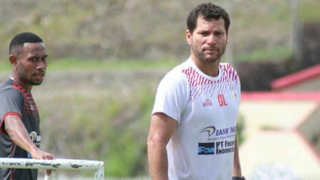 Selain pernah melatih klub Sriwijaya FC, Oswaldo Lessa pernah merasakan dua kali dipecat oleh klub asal Papua, Persipura Jayapura. - INDOSPORT