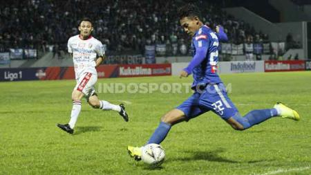 Hari Nur (kanan) mencoba melepaskan tendangan ke arah gawang Bali United, Jumat (15/11/19). - INDOSPORT