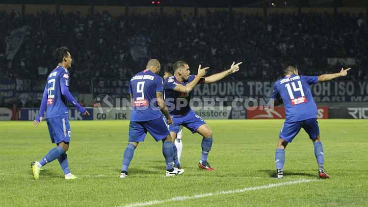 Wallace Costa (tengah) berselebrasi usai mencetak gol ke gawang Bali United, Jumat (15/11/19). Copyright: Alvin Syaptia Pratama/INDOSPORT
