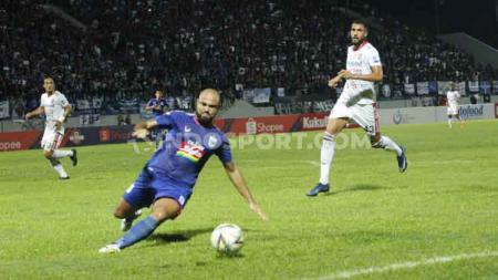 Striker PSIS Semarang, Claudir Marini Jr. mencoba mengamankan bola dalam pertandingan Liga 1 2019, Jumat (15/11/19). - INDOSPORT