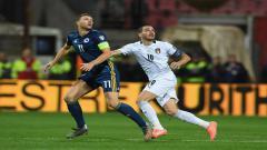 Indosport - Leonardo Bonucci dan Edin Dzeko saat ingin berebut menyambut bola di udara.