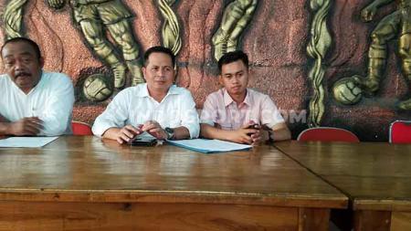 Pelatih futsal tim PON DIY, Dalmaji (kanan) saat memberikan keterangan dalam jumpa pers di Wisma PSIM, Yogyakarta. - INDOSPORT