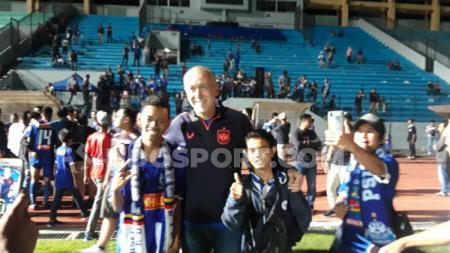 Direktur Teknik PSIS Semarang, Dragan Djukanovic, memenuhi permintaan selfie dari suporter usai laga Liga 1 2019. - INDOSPORT