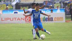Indosport - Pemain Persib, Zalnando dikawal ketat pemain Arema FC pada laga Liga 1 2019 di Stadion Si Jalak Harupat, Kabupaten Bandung, Selasa (12/11/2019).