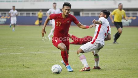 Duel pemain Timnas Indonesia U-23, Muhammad Rafli dengan pemain Iran U-23 di Stadion Pakansari, Cibinong, Bogor, Sabtu (16/11/19).