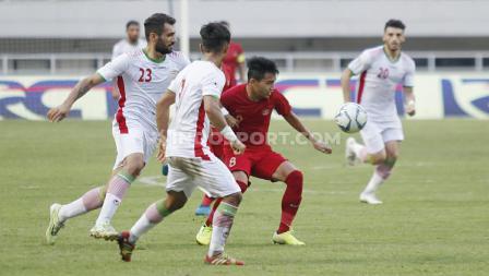Pemain Timnas Indonesia U-23, Witan Sulaiman berusaha melewati dua pemain Iran U-23 di Stadion Pakansari Cibinong, Bogor, Sabtu (16/11/19).