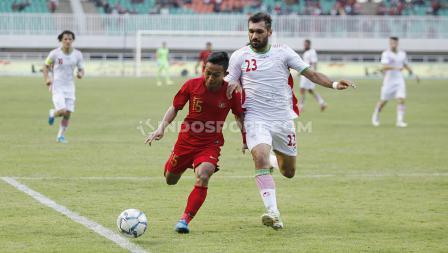 Duel pemain Timnas Indonesia U-23 dengan pemain Iran U-23 di Stadion Pakansari, Cibinong, Bogor, Sabtu (16/11/19).
