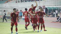 Indosport - Selebrasi pemain Timnas Indonesia U-23, Egy Maulana Vikri usai mencetak gol ke gawang Timnas Iran u-23 di Stadion Pakansari Cibinong, Bogor, Sabtu (16/11/19).