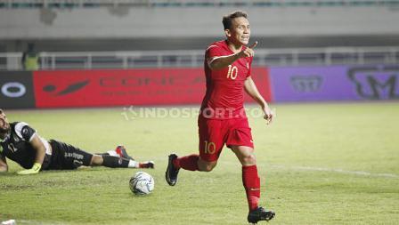 Selebrasi pemain Timnas Indonesia U-23, Egy Maulana Vikri usai mencetak gol ke gawang Timnas Iran u-23 di Stadion Pakansari Cibinong, Bogor, Sabtu (16/11/19).