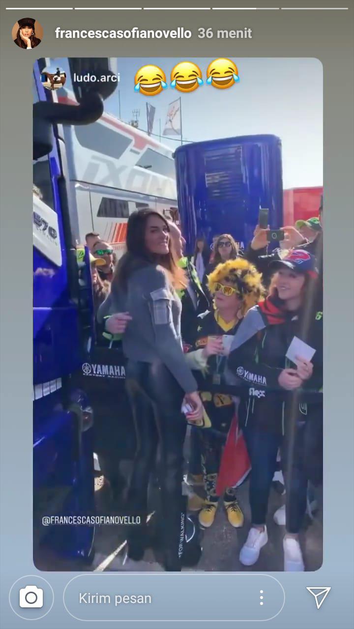 Kekasih Valentino Rossi, Francesca Sofia Novello, jadi perhatian publik di MotoGP Valencia. Copyright: Instagram @francescasofianovello