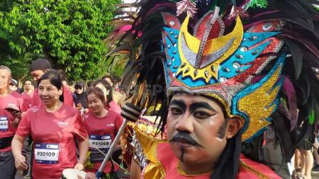 Kesenian Tari Kinara Kinari yang menyambut peserta lari di Borobudur Marathon 2019, Minggu (17/11/19). - INDOSPORT