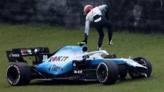 Indosport - Robert Kubica mengalami kecelakaan saat mengikuti sesi latihan bebas kedua (FP2) yang merupakan serangkaian dari gelaran seri balapan ke-20 GP Brasil.