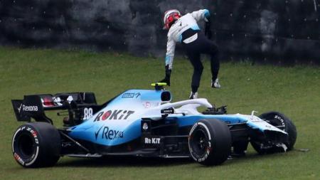 Robert Kubica mengalami kecelakaan saat mengikuti sesi latihan bebas kedua (FP2) yang merupakan serangkaian dari gelaran seri balapan ke-20 GP Brasil. - INDOSPORT