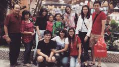Indosport - Devina Verusya (tengah berbaju pink), bersama keluarga besar Hendra Setiawan
