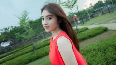 Indosport - Eks JKT48, Nabilah Ratna Ayu Azalia, kembali membuat publik berdecak kagum saat dirinya berlari di pinggir pantai yang ia post di Instagram.