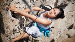 Indosport - Prisia Wulansari Nasution saat melakukan olahraga panjat tebing