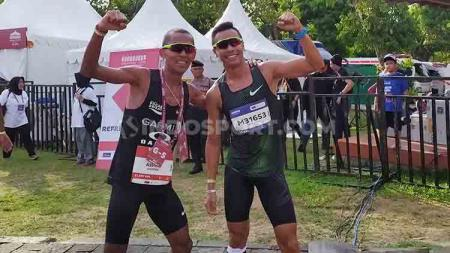 Agus Prayogo (kiri), pelari nasional yang finis pertama di kategori Half Marathon pada Borobudur Marathon 2019, Minggu (171119) - INDOSPORT