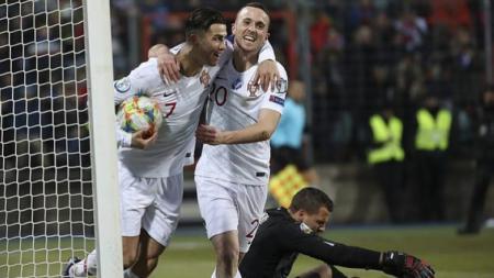 Superstar Timnas Portugal, Cristiano Ronaldo (kiri), gantian mencuri gol milik rekannya di Timnas Portugal di ajang Kualifikasi Euro 2020. - INDOSPORT