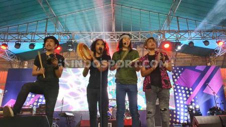 Slank saat menghipnotis penonton di Stadion Gelora Sriwijaya Jakabaring, Palembang, Minggu (17/11/2019) malam. - INDOSPORT