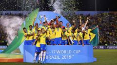 Indosport - Henri dari Brasil mengangkat Piala Dunia saat Final FIFA U-17 World Cup Brasil 2019 antara Meksiko vs Brasil di Estadio Bezerrão pada (17/11/19) di Brasilia, Brasil.