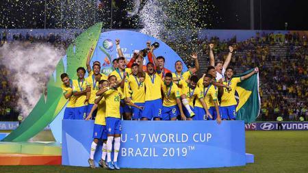 Henri dari Brasil mengangkat Piala Dunia saat Final FIFA U-17 World Cup Brasil 2019 antara Meksiko vs Brasil di Estadio Bezerrão pada (17/11/19) di Brasilia, Brasil. - INDOSPORT