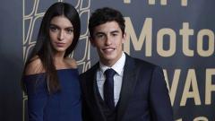 Indosport - Pembalap motoGp, Marc Marquez dan kekasihnya Lucia Rivera saat acara penghargaan FIM.