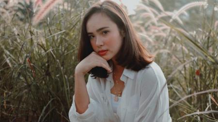 Artis Indonesia, Pamela Bowie pamer kegiatannya berenang di Labuan Bajo. - INDOSPORT