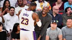 Indosport - Lebron James tak kuasa menahan tangis usai mengetahui berpulangnya legenda di tim basket NBA, La Lakers, Kobe Bryant.