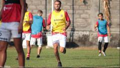 Indosport - Gelandang Bali United, Brwa Nouri masih secara rutin memantau perkembangan timnya dan Indonesia di tengah jeda kompetisi Liga 1 2020.