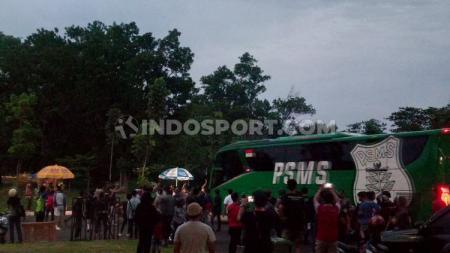 Para suporter berupaya menghadang bus usai PSMS Medan dipastikan gagal ke semifinal Liga 2 di Stadion Gelora Sriwijaya Jakabaring, Palembang, Senin (18/11/19) - INDOSPORT