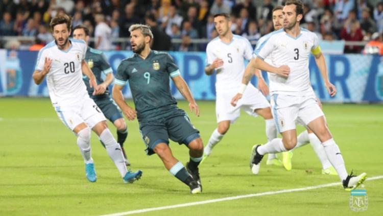 Sergio Aguero saat dijaga oleh bek Inter Milan, Diego Godin dalam pertandingan persahabatan Argentina vs Uruguay, Selasa (19/11/19) dini hari WIB. Copyright: afa.com.ar