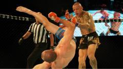 Indosport - Petarung MMA Davy Gallon bikin KO Ross Pearson dengan tendangan geledek berputar.