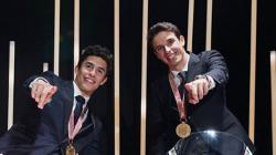 Pembalap MotoGP, Marc Marquez (kiri) bersama adiknya, Alex Marquez yang akan berkolaborasi di tim Repsol Honda pada MotoGP 2020