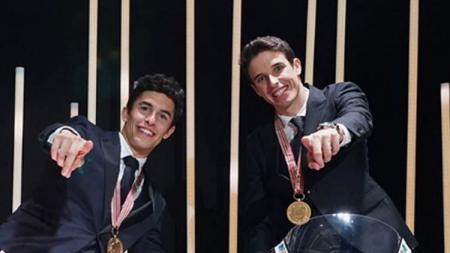 Pembalap MotoGP, Marc Marquez (kiri) bersama adiknya, Alex Marquez yang akan berkolaborasi di tim Repsol Honda pada MotoGP 2020. - INDOSPORT