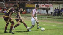 Indosport - Pemain klub Liga 1 PSM Makassar, Benny Wahyudi dan Hasim Kipuw (merah) membayangi gelandang Persipura Jayapura, Oh InKyun (putih).