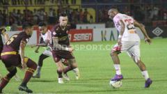 Indosport - Pemain klub Liga 1 PSM Makassar, Aaron Evans dan Hasim Kipuw menjaga ketat penyerang Persipura Jayapura, Titus Bonai.