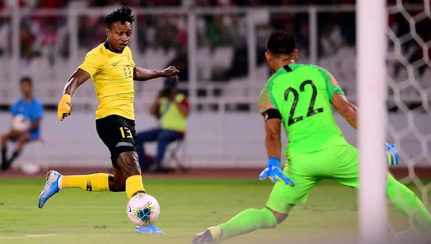 Pemain Malaysia, Mohamadou Sumareh saat mencetak gol ke gawang Timnas Indonesia di Kualifikasi Piala Dunia 2022 di GBK. Copyright: nst.com