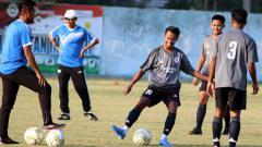 Indosport - Pemain Timnas Indonesia U-18, Mochammad Supriadi, gelar latihan menjelang pertandingan melawan Korea Selatan