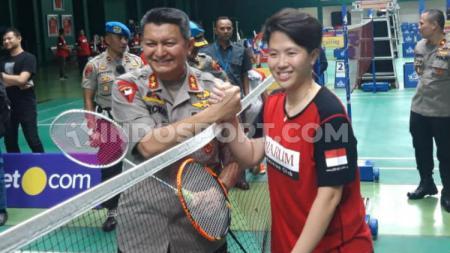 Kapolda Jateng Irjen Rycko Amelza Bersalaman dengan Liliyana Natsir usai Melakukan Pertandingan Bulutangkis. Alvin Syaptia Pratama/INDOSPORT - INDOSPORT