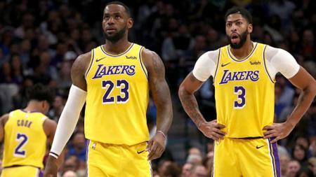 Dua pemain bintang NBA dari tim LA Lakers, LeBron James (kiri) dan Anthony Davis, yang membawa LA Lakers raih sembilan kemenangan beruntun pasca kalahkan New Orleans Pelicans. - INDOSPORT