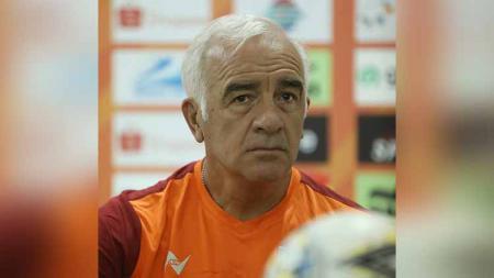 Pelatih Borneo FC, Mario Gomez, dalam jumpa pers menjelang laga Liga 1 2019. - INDOSPORT