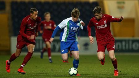 Joe Gelhardt (tengah) tampil impresif saat melawan Liverpool di FA Youth Cup. Hal ini membuat dirinya menjadi incaran enam klub raksasa Liga Inggris. - INDOSPORT