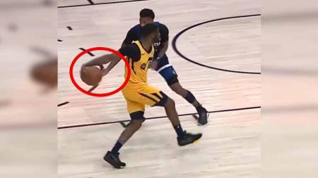 Pemain Utah Jazz, Emmanuel Mudiay melakukan aksi memukau dengan memperdaya bintang Minnesota Timberwolves di laga NBA pada Selasa (19/11/19) pagi WIB. - INDOSPORT