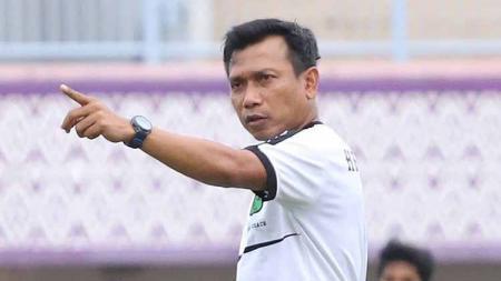 Pelatih Persita Tangerang, Widodo Cahyono Putro, memimpin latihan tim menjelang laga Liga 2 2019. - INDOSPORT